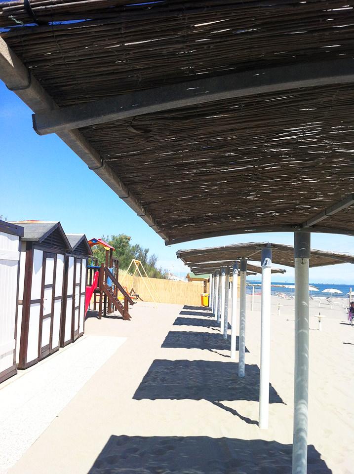 spiaggia-giochi-tettoie-caldo-isola-verde-bagni-tamerici