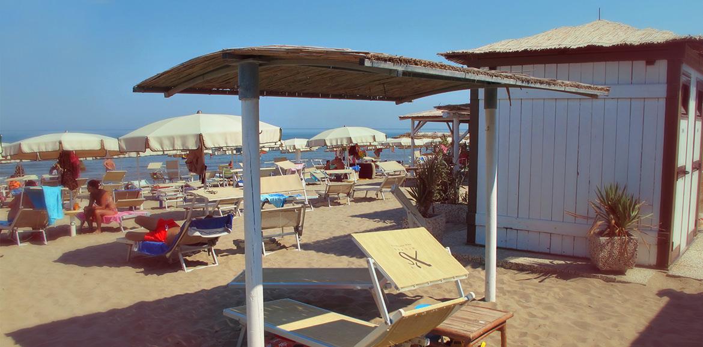 Lettino con capanna, bagni Tamerici Isola Verde